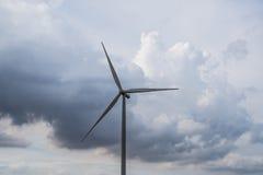 Installazioni di energia eolica nell'agricoltura il paese Immagine Stock Libera da Diritti