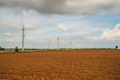 Installazioni di energia eolica nell'agricoltura il paese Immagini Stock