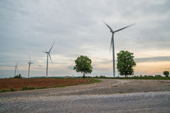Installazioni di energia eolica nell'agricoltura il paese Fotografie Stock