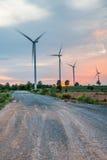 Installazioni di energia eolica nell'agricoltura il paese Immagini Stock Libere da Diritti