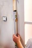 Installeer de deur stock foto
