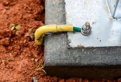Installeer de kabel van de gronddraad bij de concrete basis royalty-vrije stock foto's