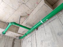Installeer drainagepijpen binnen gebouwen royalty-vrije stock afbeeldingen