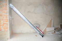 Installeer het systeem van de de openerlentes van de garagedeur stock foto