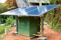 Installeer klein zonnecelsysteem royalty-vrije stock fotografie