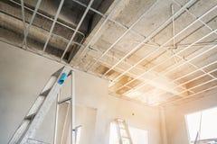 Installeer metaalkader voor gipsplaatplafond bij huis royalty-vrije stock foto's