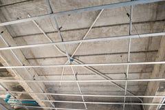 Installeer metaalkader voor gipsplaatplafond bij huis royalty-vrije stock afbeelding