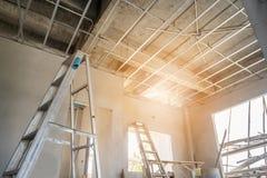 Installeer metaalkader voor gipsplaatplafond bij huis stock foto