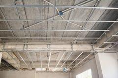 Installeer metaalkader voor gipsplaatplafond bij huis stock fotografie