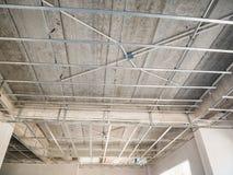 Installeer metaalkader voor gipsplaatplafond bij huis stock foto's
