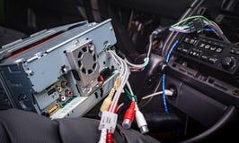 Installeer nieuwe 2 DIN radio in de auto stock foto