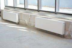 Installeer thermostaat voor verwarmingssysteem en radiators stock afbeeldingen