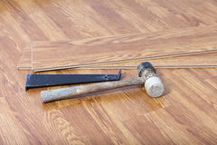 Installera laminaten som svävar golvet Arkivbild
