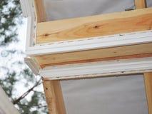Installera soffiten Taklägga konstruktion royaltyfri bild