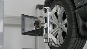 Installera utrustning i automatiskservicehjälpmedlet som reparerar bilen, mekaniker arbetar stock video