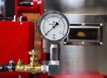 Installerad tryckmätaremeter och att mäta hjälpmedelutrustning Arkivbild