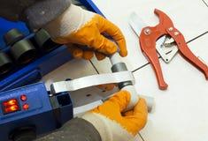 installerar den thermoplastic rørrörmokaren Fotografering för Bildbyråer