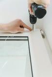 Installerend blinde rol op een venster royalty-vrije stock afbeelding