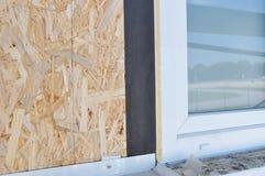 Installerend het venster van huispvc met het waterdicht maken van membraan en isolatie voor huisenergie - besparing royalty-vrije stock afbeelding