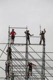 Installers budują ogromną metal strukturę Obraz Royalty Free