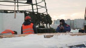 Installers przy budow? lodowy miasteczko zbiory