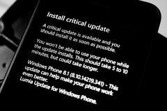 Installez la mise à jour critique au téléphone Image stock
