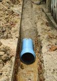 Installez la pipe neuve de PVC photo libre de droits
