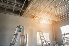 Installez le cadre en métal pour le plafond de plaque de plâtre image libre de droits