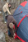 Installez une tente dans une forêt photos libres de droits