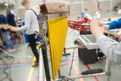 Installi con differenti strumenti di percussione del ritmo su un supporto Immagini Stock