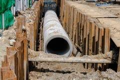 Installi il tubo per fognatura concreto Fotografia Stock