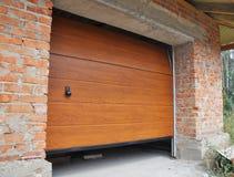 Installi la porta del garage della nuova casa Installazione della porta del garage Fotografia Stock Libera da Diritti