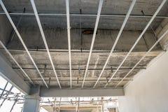 Installi la struttura del metallo per il soffitto del plasterboard alla casa immagini stock