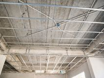 Installi la struttura del metallo per il soffitto del plasterboard alla casa fotografie stock