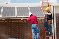 Installieren der Sonnenkollektoren stockfotos