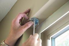 Installieren der Vorhänge Stockbilder