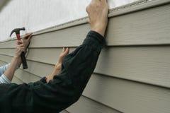Installieren des Abstellgleises auf ein Haus Stockbilder