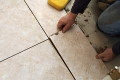 Installieren des Keramikziegels Stockbilder