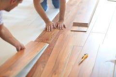 Installieren des lamellenförmig angeordneten Bodenbelags Stockbilder