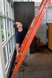 Installieren einer Strichleiter Lizenzfreies Stockbild