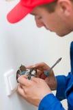 Installieren eines elektrischen Bolzens/des Kontaktes Lizenzfreie Stockbilder