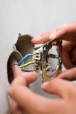 Installieren eines elektrischen Bolzens/des Kontaktes Stockfoto