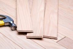 Installieren eines neuen Hartholzfußbodens Stockbild