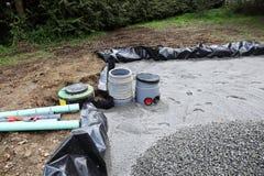 Installieren eines Sandfilters für Abwasser Stockbild