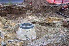 Installieren Sie neue Kanalrohrsysteme, vor die Straße 2 total umbauen Stockfoto