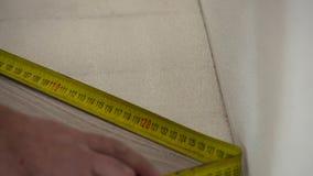 Installierung des Laminats mit Rouletten stock video footage