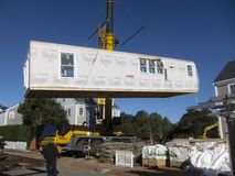 Installierung eines modularen Hauses lizenzfreie stockfotografie