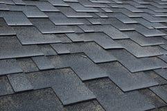 Installierung von Schindeln Installierung von Bitumen-Dach-Schindeln Lizenzfreies Stockfoto