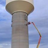 Installierung von zellulären Antennen auf einen Wasserturm Lizenzfreies Stockfoto