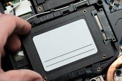 Instalować nową stałą przejażdżkę laptopu komputer osobisty sata i władzy związek zamknięty w górę ulepszenie laptopu narzędzia zdjęcie stock
